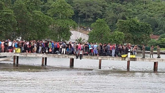 Los migrantes hacen fila para abordar un bote. Foto por: Especial para La Prensa/Isabel Castro -