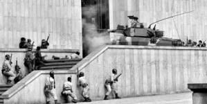 Entrada de tanques de ejército colombiano en el Palacio de Justicia tomado por guerrilleros del M-19 Foto: kausajusta/periodismohumano.com