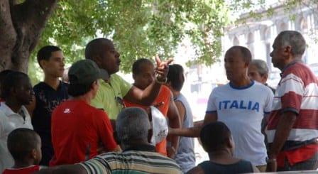 La peña deportiva del Parque Central de La Habana. Foto: Caridad