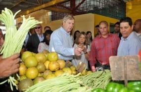 El secretario de Agricultura de Estados Unidos, Tom Vilsack, at a Havana market.