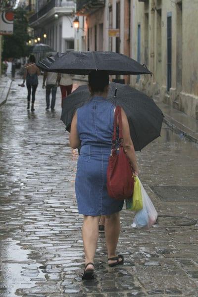 Mujer en La Habana Vieja. Foto: Elio Delgado Valdés