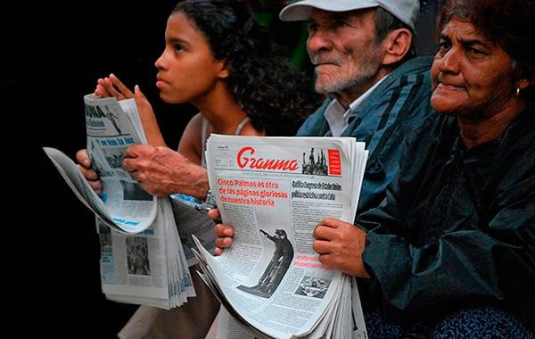 """Los propios periodistas de Granma escriben en blogs la información que el periódico no publicó sobre la """"crisis"""" de Costa Rica. Buenos periodistas y mala prensa. Foto: Raquel Pérez Díaz"""