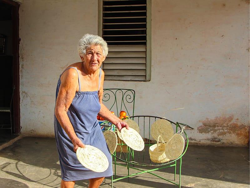 Vendedora de souvenires en Trinidad. Foto: Aaron Kroun