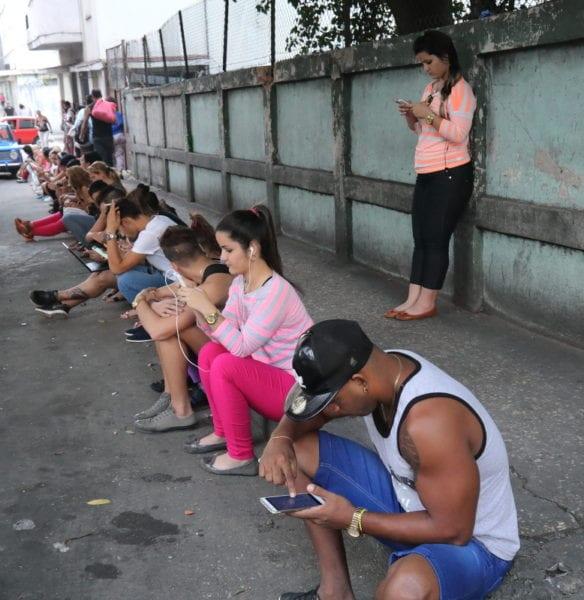 Cubanos cerca del Hotel Vedado usando el Wifi pagado. Foto: Juan Suárez