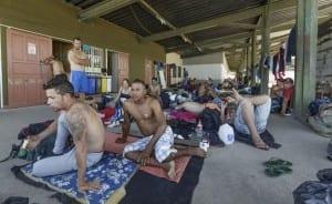 Cubanos en un improvisado albergue en la frontera de Costa Rica con Nicaragua. Foto: cafefuerte.com