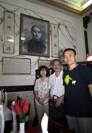 El cronista y los entrevistados junto a Sun Yat Sen