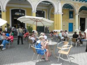 Extranjeros y cubanos en la Plaza Vieja.
