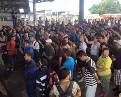 Cubanos en Paso Canoas.  Foto: nacion.com