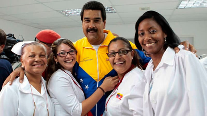 Nicolas Maduro con médicos cubanas.