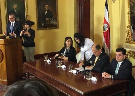 El canciller Manuel González (de pie) anuncia la ruptura política con el SICA. En la mesa, acompañan al presidente Luis Guillermo Solís (centro), la directora de Migración, Kattia Rodríguez; y el ministro de la Presidencia, Sergio Alfaro. (Gerardo Ruiz)