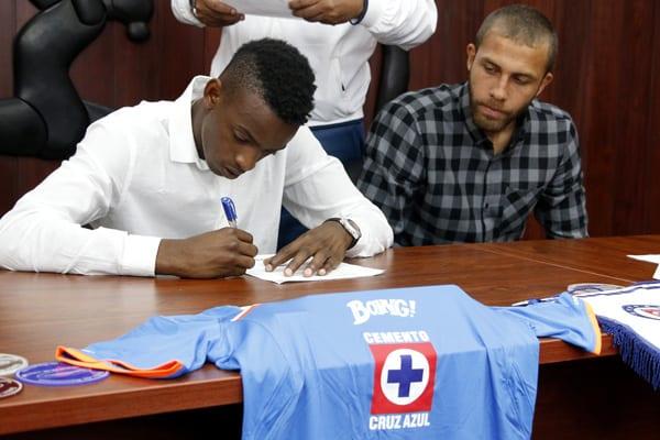 Los cubanos firman su contrato.