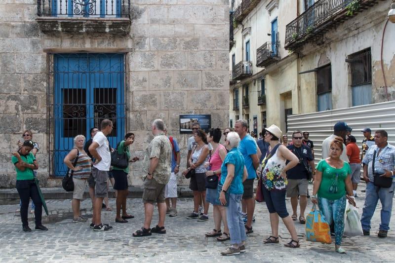 Turistas en La Habana Vieja. Foto: Juan Suarez