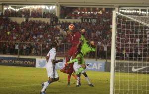 El delantero panameño Blas Pérez (Cen.) salta para cabecear y anotar. Foto Ricardo Iturriaga/www.prensa.com