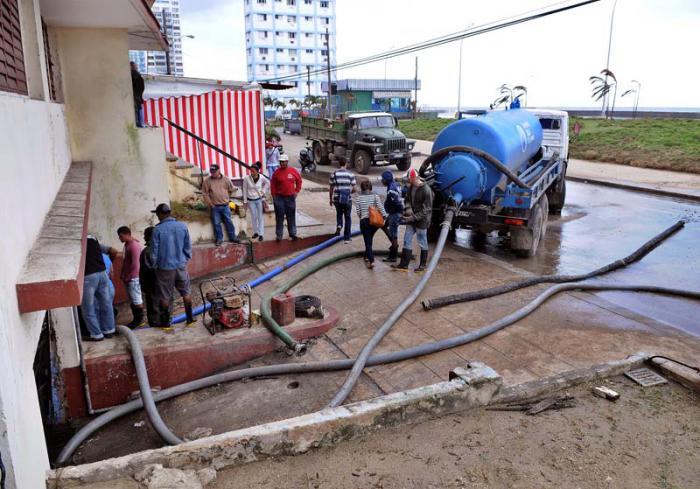En toda la capital se realizan trabajos en función de restablecer el saneamiento ambiental. Foto: Jose M. Correa