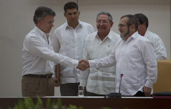 Se saludan Juan Manuel Santos y Timoleón Jimenez tras la firma de los acuerdos en septiembre de 2015. Foto: Ladyrene Pérez/ Cubadebate.