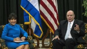 U.S. Commerce Secretary Penny Pritzker (L) and Cuban Minister for Foreign Trade Rodrigo Malmierca in Havana, Cuba, Oct. 7, 2015. voanews.com