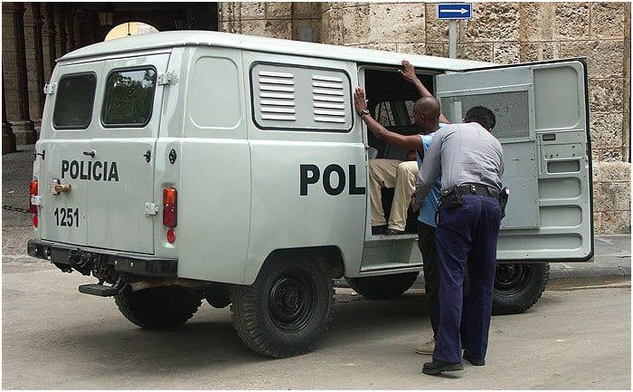 Represión policial cotidiana en Cuba.