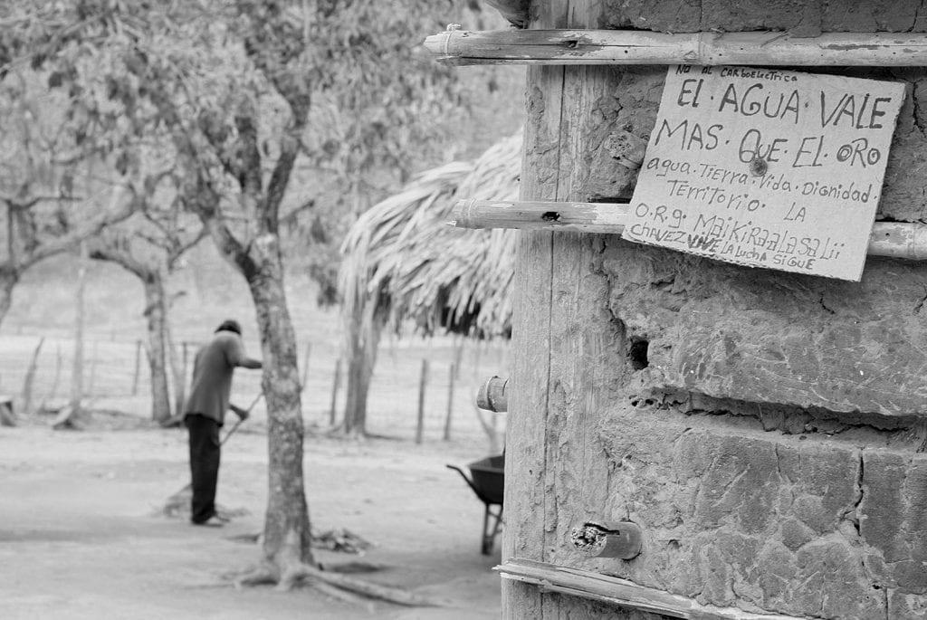 """La comunidad Wayuma'ana, de indígenas wayuu y criollos venezolanos, se mantiene en resguardo de la tierra y el río Socuy, (en Mara, Zulia, Venezuela) para evitar que el gobierno realice la explotación, a cielo abierto, del carbón mineral abundante en ese territorio. Ya la Mina Norte ha contaminado las aguas del río Guasare. El calentamiento provocado por esta Mina - cercana también a la comunidad Wayuma'ana - ha provocado intensas sequías en la zona con severas consecuencias para estas familias. Maikiraalasalii en wayunaiki quiere decir """"los que no se venden"""", la gente de esta comunidad se reconoce con este nombre por su resistencia y empeño en resguardar su territorio."""