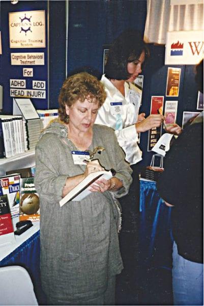 Oliva firmando libros en 1997.
