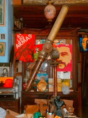 Telescopio en una tienda de antigüedades de La Habana.
