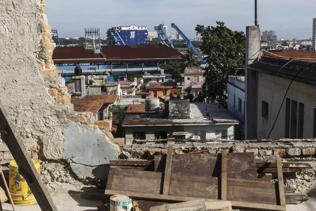Vista del estadio desde una vivienda multifamiliar.