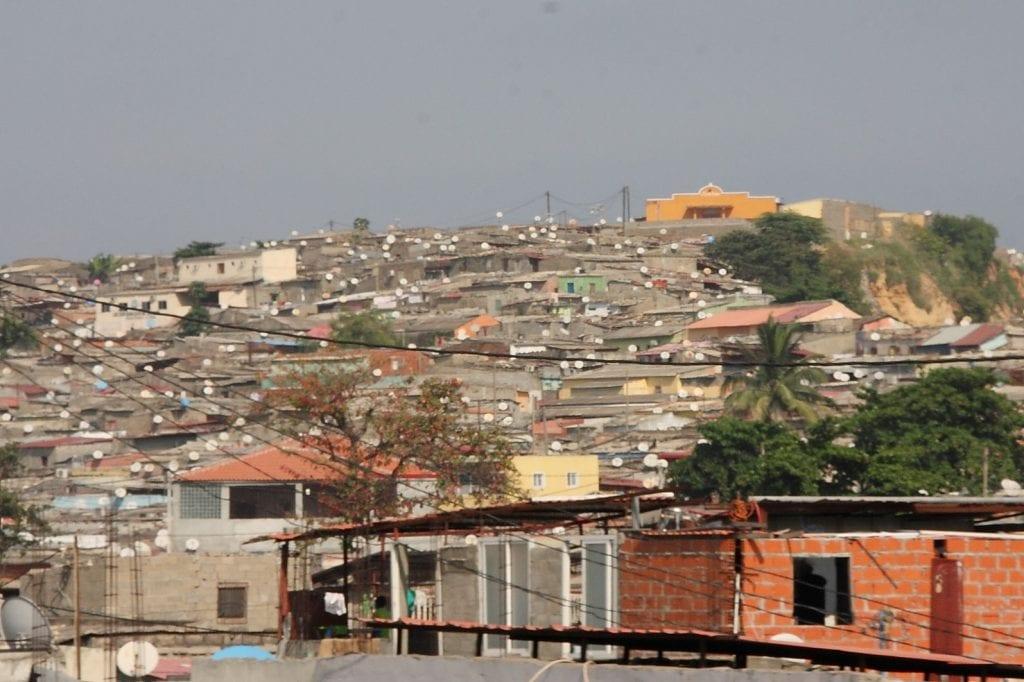 Barrio periferico con antenas parabolicas