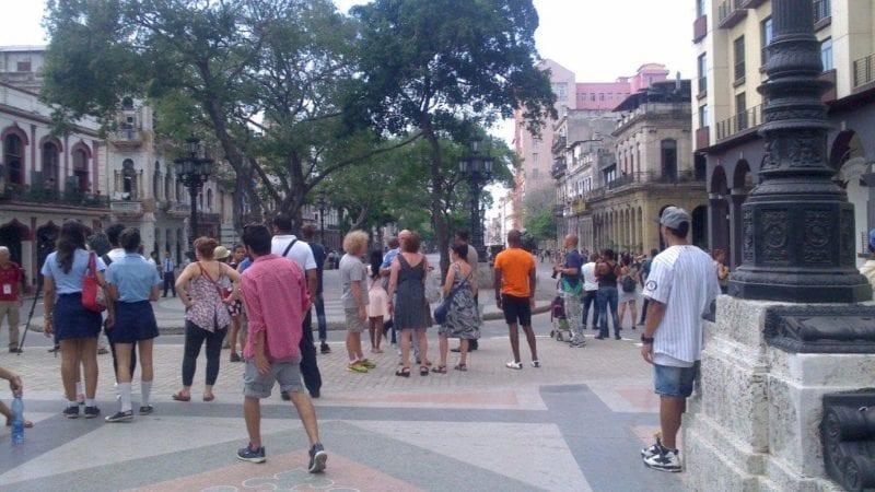 Personas en la calle esperando ver el desfile que no vieron.