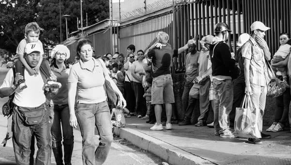 Venezolanos deben esperar horas en colas para comprar productos básicos. Foto: Caridad