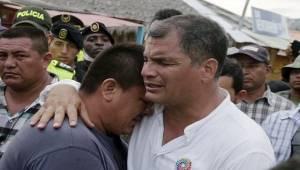 Rafael Correa con victimas del terremoto.  Foto: telesurtv.net