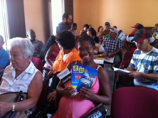 Colectivo ANSOC recibe materiales educativos al finalizar la charla