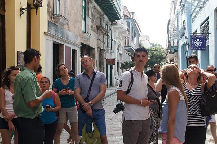 Guiando un grupo de turistas. Foto: Juan Suárez