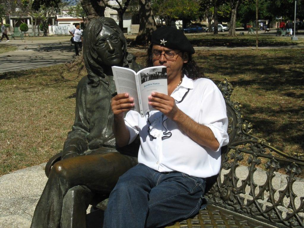 Leyendo Bandera Hueca con Lennon