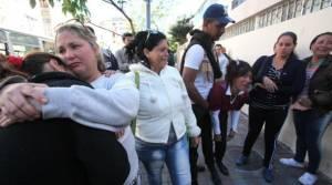 Familiares y amigos de los cubanos los acompañaron durante las audiencias de deportación. Foto: Vicente Costales / EL COMERCIO.com