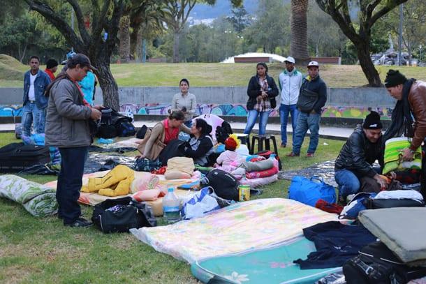 Cubanos acampados en el Parque El Arbolito antes del desalojo.
