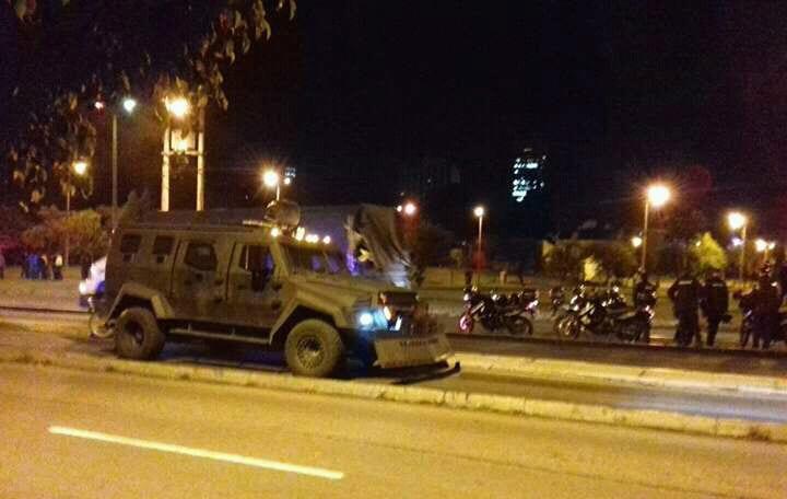 El operativo policial, con vehículos y demás equipamiento antimotín, desalojó de manera violenta al grupo de más de quinientas personas ubicadas en el parque El Arbolito.