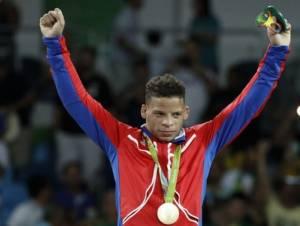 Borrero recibe su medalla de Oro.
