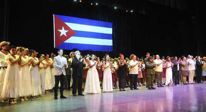 Entre sonetos, declamaciones, danza y el más criollo repentismo transcurrió la gala cultural de la FAR, el Minint y el Ministerio de Cultura en homenaje al 90 cumpleaños de Fidel. Foto: Alberto Borrego/Granma