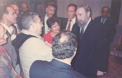 Fidel departiendo con un grupo de periodistas que cubrían la cumbre de la ONU sobre desarrollo social en Copenhagen, 1995.