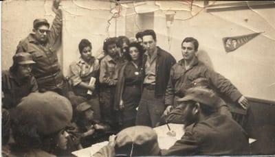 Todos están vestidos de verde olivo o de milicianos en la presidencia de la FEU, escuchando a Fidel sobre eventos de la crisis de octubre, 1962.