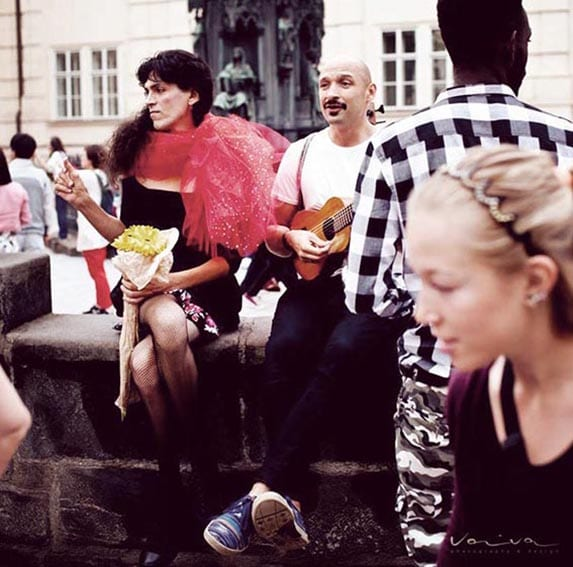 Sentado en el puente con el cantante y artista lituano colombiano Jurgis Didziulis