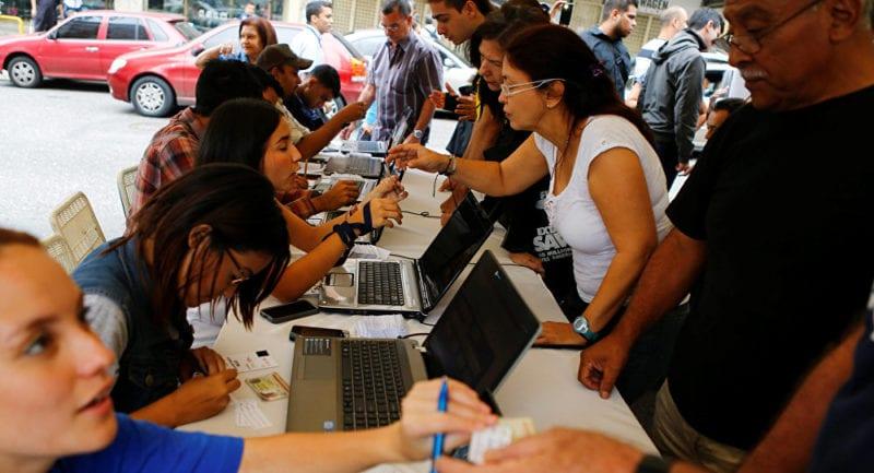 La recolección de firmas iniciales en Venezuela para pedir un referéndum revocatorio (Junio, 2016).