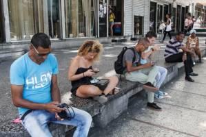 Conectados a la Wifi por pago en La Rampa.  Foto: Juan Suárez