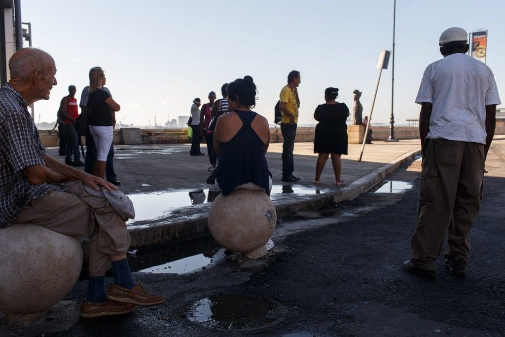 Cubanos esperando una buena noticias. Foto: Juan Suárez