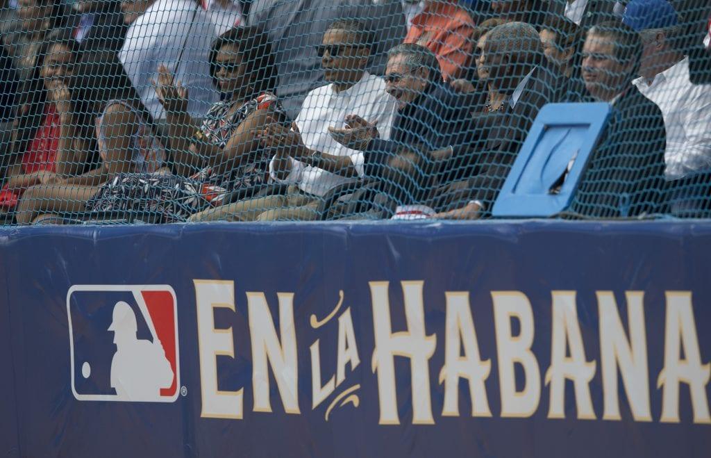 Obama y Raúl Castro en el Estadio Latinoamericano de La Habana.