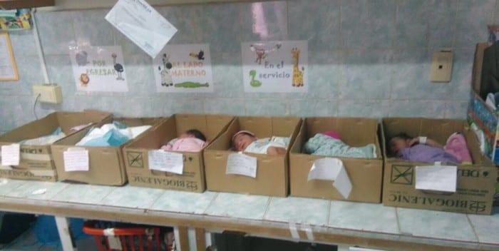 Bebes en cajas de cartón. Foto: actualidadvenezuela.org
