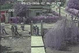 Las autoridades rompiendo el candado de la puerta de Cubalex.