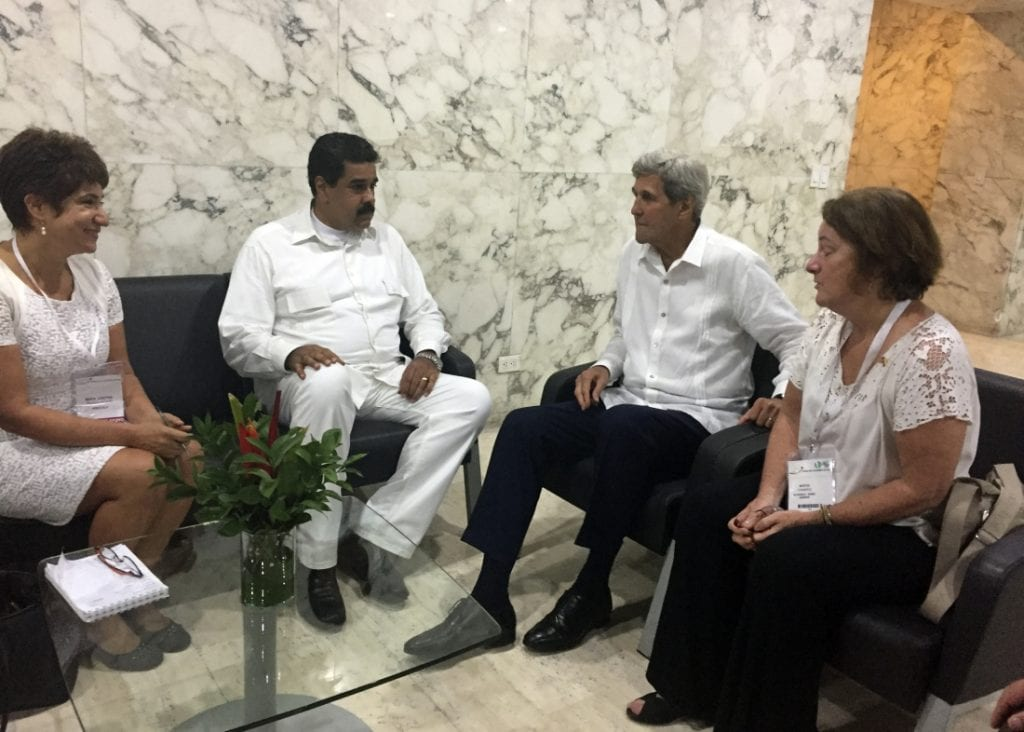 El Secretario de Estado de EE.UU., John Kerry y el Presidente de Venezuela, Nicolás Maduro.  Photo/Vivian Salama/AP)