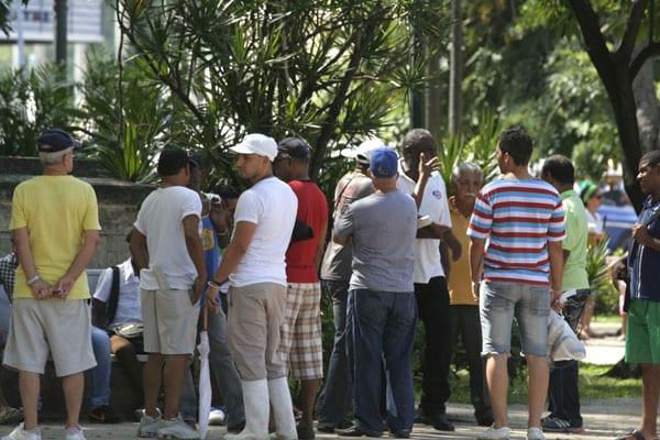 Debatiendo deporte en el Parque Central de La Habana. Foto: Elio Delgado Valdés
