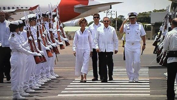 Raul Castro llegando a Colombia este domingo para la firma del acuerdo de paz entre el gobierno y las FARC. Fue recibido por la Vicecanciller Patty Londoño. Foto: @miguelmatus / Twitter /cubadebate.cu