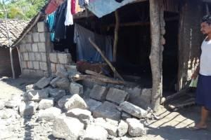 Así luce una de las viviendas destruidas producto del sismo de 5.4 grados Richter registrado este miércoles.  foto: LA PRENSA/E. LÓPEZ